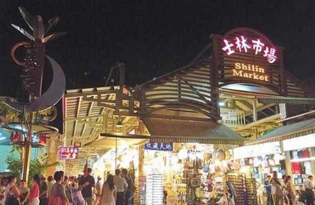 观光业寒流狂袭,陆客游台必访的士林夜市纷纷涌现撤店潮。