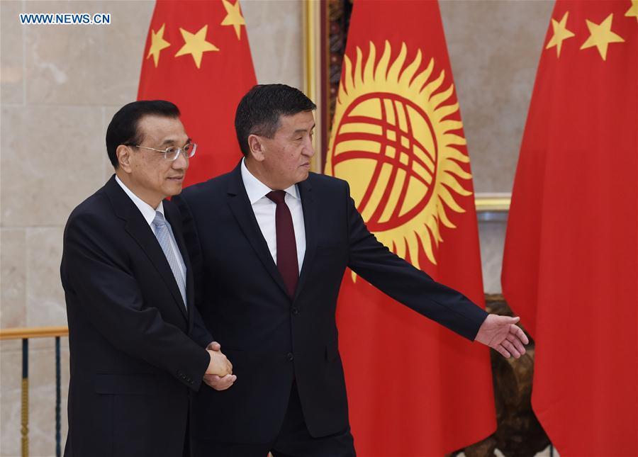 Chinese Premier Li Keqiang (L) holds talks with Kyrgyz Prime Minister Sooronbay Jeenbekov in Bishkek, Kyrgyzstan, Nov. 2, 2016. (Xinhua/Rao Aimin)