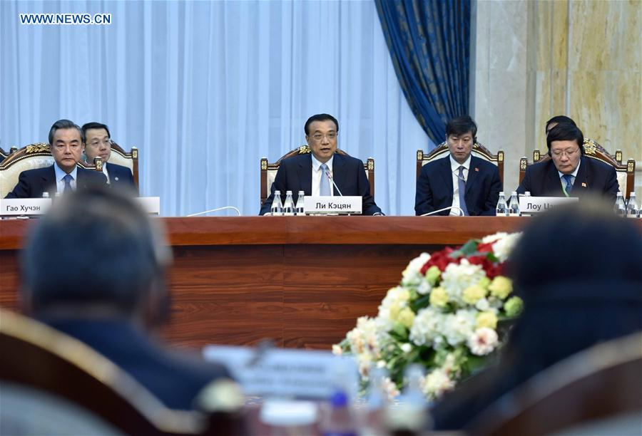 Chinese Premier Li Keqiang (C) holds talks with Kyrgyz Prime Minister Sooronbay Jeenbekov in Bishkek, Kyrgyzstan, Nov. 2, 2016. (Xinhua/Zhang Duo)