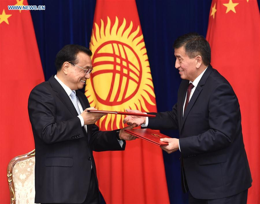 Chinese Premier Li Keqiang (L) and Kyrgyz Prime Minister Sooronbay Jeenbekov exchange documents after their talks in Bishkek, Kyrgyzstan, Nov. 2, 2016. Li and Jeenbekov signed and released a joint communique between the two countries, and witnessed the signing of a number of cooperation documents in such fields as economy, technology, production capacity, transport, agriculture and intellectual property rights, after their talks here on Wednesday. (Xinhua/Rao Aimin)