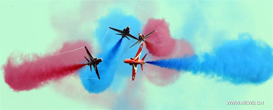 ZHUHAI, 3 novembre (Xinhua) -- Les Red Arrows, patrouille acrobatique de la Royal Air Force du Royaume-Uni, donnent un spectacle aérien lors du 11e Salon international de l