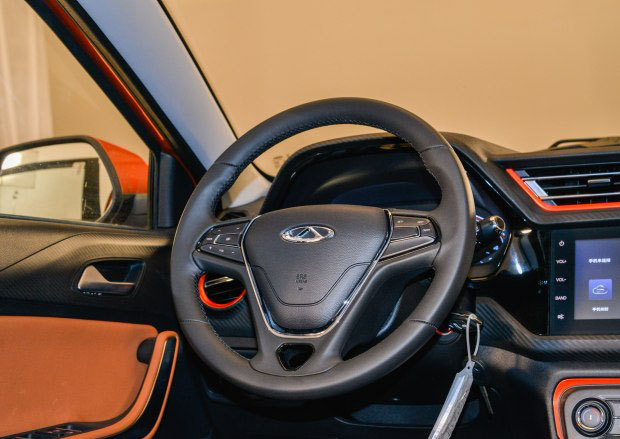 奇瑞汽车 瑞虎3X 2017款 1.5L 手动版III   配置方面,其采用双色皮织混搭座椅、真皮多功能方向盘、电动天窗、Cloudrive2.0智云互联行车系统等配置。此外像ESC车身稳定系统、HHC坡道辅助控制、EBA刹车辅助系统、超速预警、倒车雷达+动态辅助倒车影像和TPMS胎压监测系统等安全配置也出现在车上。   动力方面,该车搭载1.