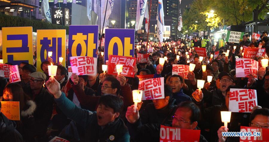 Protesters hold a candle-light vigil calling for the resignation of South Korean President Park Geun-hye in Seoul, South Korea, on Nov. 3, 2016. (Xinhua/Yao Qilin)