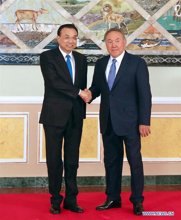 Chinese Premier Li Keqiang (L) meets with Kazakh President Nursultan Nazarbayev in Astana, Kazakhstan, Nov. 3, 2016. (Xinhua/Zhang Duo)