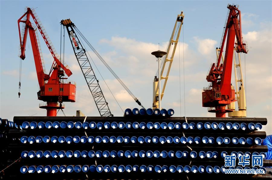 الصورة الملتقطة في أول نوفمبر، عدد كبير من أنابيب الصلب تضع في ميناء ليانيونقانغ بمقاطعة جيانغسو وتنتظر للشحنة والتصدير.( شينخوا/ وانغ تشانغ)