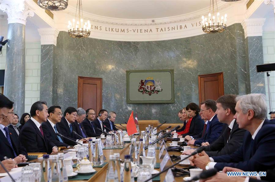Chinese Premier Li Keqiang holds talks with his Latvian counterpart Maris Kucinskis in Riga, Latvia, Nov. 4, 2016. (Xinhua/Liu Weibing)