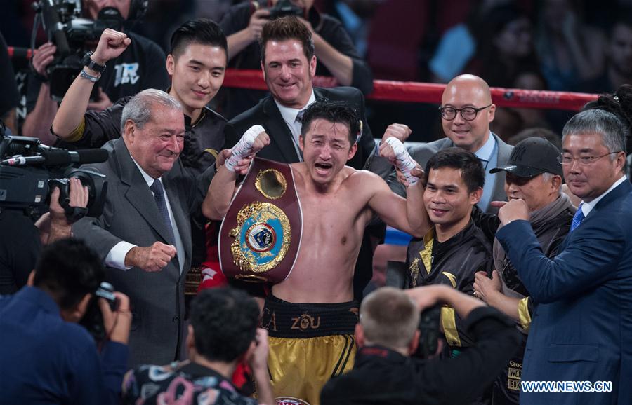 Le Chinois Zou Shiming célèbre après avoir capturé le titre vacant WBO des poids mouche en dominant aux points le Thaïlandais Prasitsak Phaprom, aux Etats-Unis, le 5 novembre 2016. (Xinhua/Yang Lei)