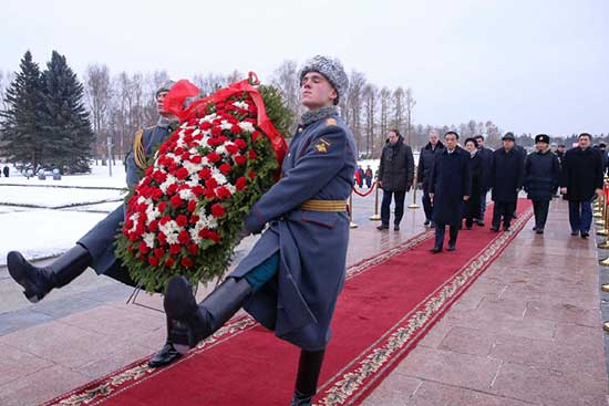 Chinese Premier Li Keqiang lays a wreath at the world famous Piskaryovskoye Memorial Cemetery and visits the memorial