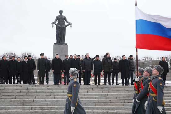 On Nov 7, Premier Li visited a cemetery in St. Petersburg, and laid a wreath at the monument. The Premier said we should remember those who gave their lives in defense of their motherland and world peace in the anti-Fascist war.