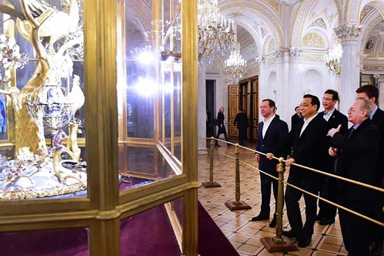 Chinese Premier Li Keqiang pays a visit to the Hermitage Museum in St. Petersburg with Russian Prime Minister Dmitry Medvedev on November 6, 2016. They shared their opinions on classic artworks from different periods.