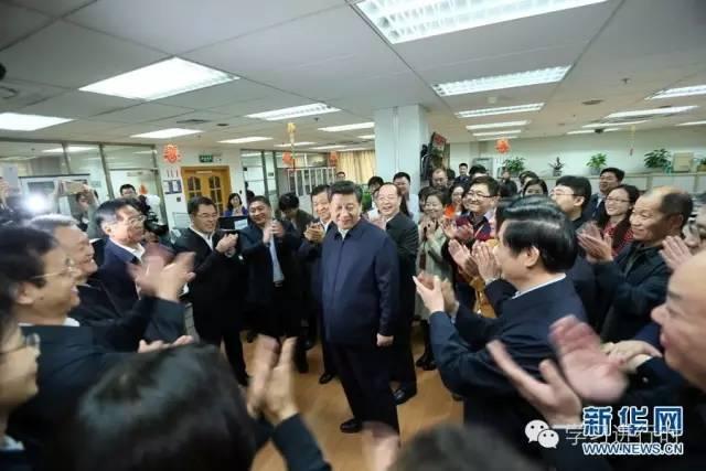2016年2月19日,习近平在北京主持召开党的新闻舆论工作座谈会,并到中央新闻单位调研。这是习近平在人民日报社总编室同编辑们亲切交流。