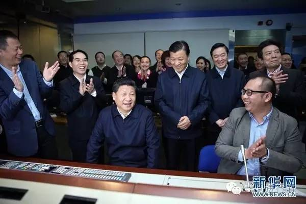 2016年2月19日,习近平在北京主持召开党的新闻舆论工作座谈会,并到中央新闻单位调研。这是习近平在中央电视台《新闻联播》导控室向工作人员了解新闻制作导播流程。