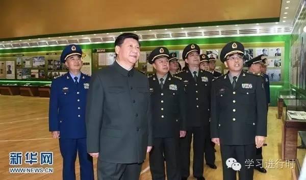 2015年12月25日,习近平视察解放军报社。这是习近平参观解放军报创刊60周年主题展。