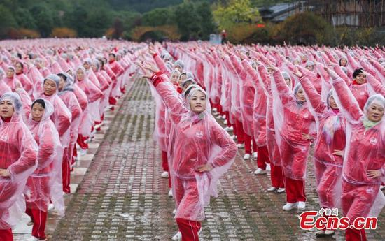 Dancers perform on Yunwu Mountain in Wuhan, Hubei province, on Nov 7, 2016. A total of 50,085 people in 14 cities, including Beijing, Tianjin and Jinan, danced at the same time, setting a Guinness World Record for multiple-site large-scale dancing.(Photo: China News Service/ Zhang Chang)