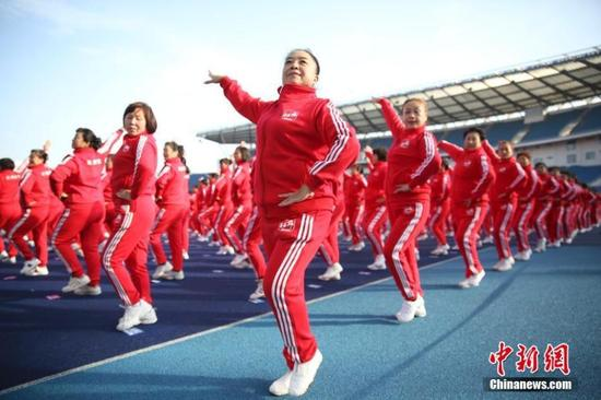 Dancing enthusiasts in Beijing participate in a choreographed square dance on Nov 7, 2016.(Photo: China News Service/Zhao Juan)