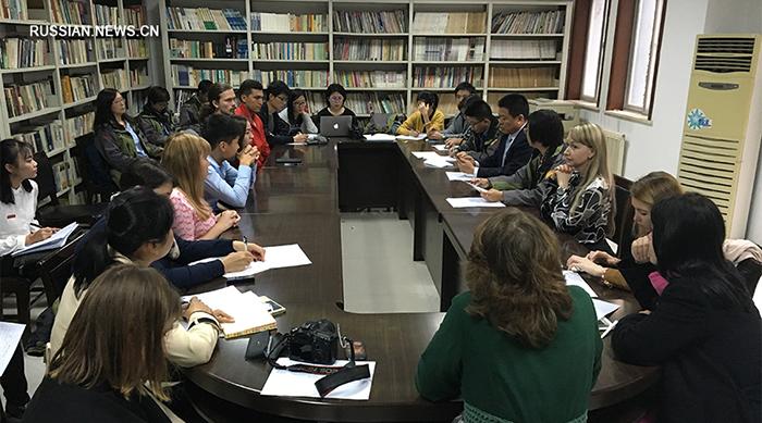 """Иностранные студенты из Сианьского университета иностранных языков общались с журналистами медиатура """"Китай и Россия на Шелковом пути""""."""