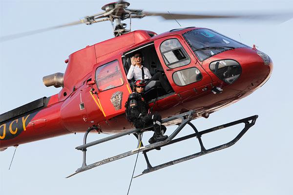 """图:王力宏登上直升机。 海军退役特种兵秦一杰这次来到《挑战不可能》的舞台上将挑战直升机高空百米11秒索降的项目。对于常人来说,这相当于从30层高楼往下降落的过程。参加过2次索马里护航任务的他,在执行任务的过程中曾遇到过多达120余艘的海盗船,他用直升机压制海盗,在勇敢的对峙中,最终赶走了海盗,圆满的执行了护航任务。而这样的冒着生命危险的高空索降究竟能否成功,现场的评委和观众都为他捏了一把汗。 """"通过声音倒推影像"""" 大学教授""""听音识人绝技""""吓傻董卿"""