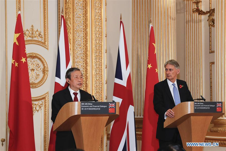 Chinese Vice Premier Ma Kai (L) holds a joint press conference with British Chancellor of the Exchequer Philip Hammond after the eighth China-Britain Economic and Financial Dialogue in London, Nov. 10, 2016. (Xinhua/Han Yan)