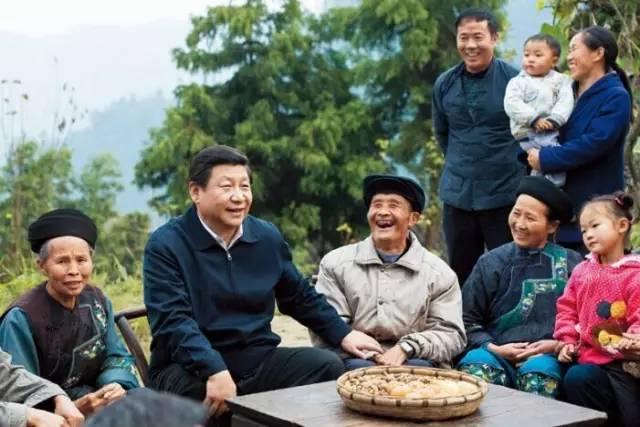 习近平在湘西花垣县排碧乡十八洞村同村干部和村民座谈