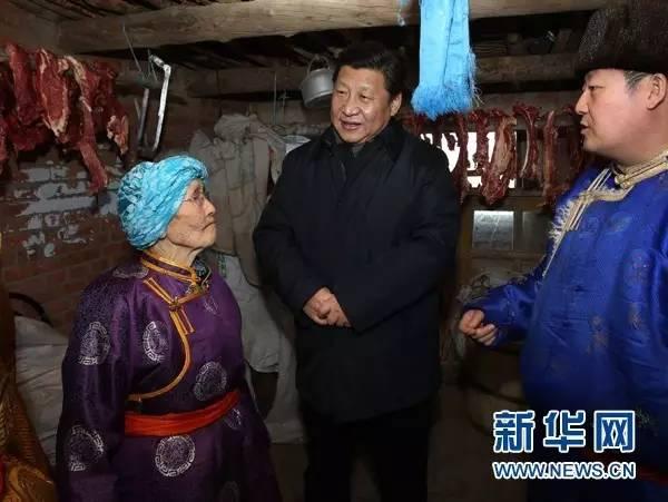 习近平在锡林郭勒盟81岁的牧民玛吉格家了解生活情况