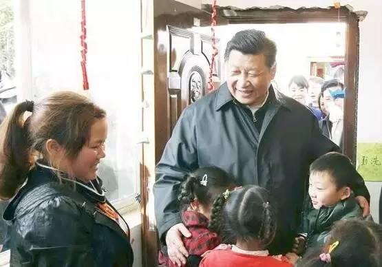习近平来到鲁甸县小寨镇甘家寨红旗社区过渡安置点,走进儿童活动室,同孩子们玩游戏