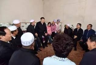 习近平在固原市泾源县大湾乡杨岭村村民马克俊家同一家人和村民代表亲切交谈
