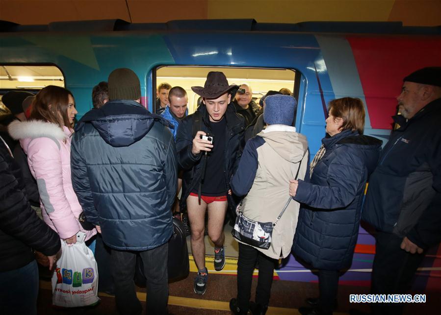 """В Киеве прошел флэшмоб """"В метро без штанов"""""""