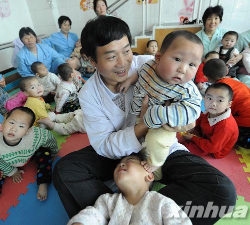 Un médecin soigne les enfants atteints de paralysie cérébrale(Archives)