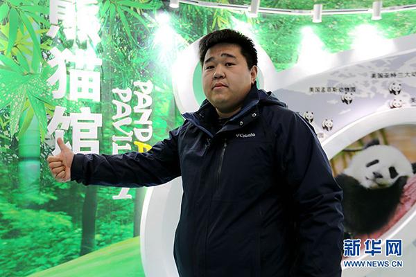 中国亚布力熊猫馆馆长于腾蛟讲解大熊猫的冬季饲养特点。
