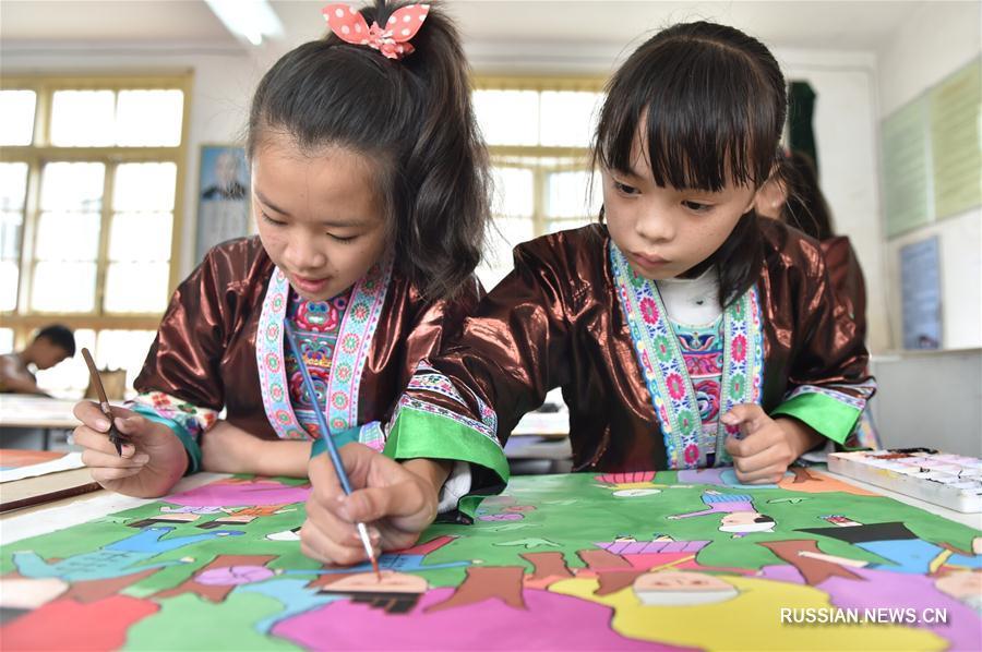 Школьники поселка Дудун обучаются традиционной лубочной живописи народности дун