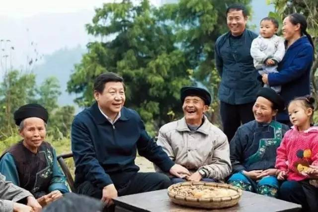 习近平在湘西花垣县排碧乡十八洞村同村干部和村民座谈。