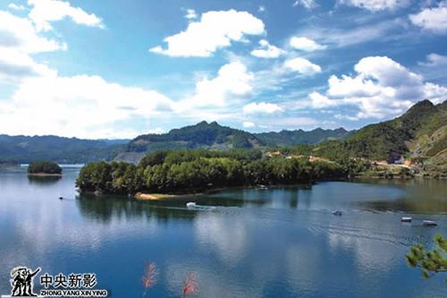 潭獐峡风景名胜区位于万州区东部,峡谷内以奇峰,潭瀑,林木为主
