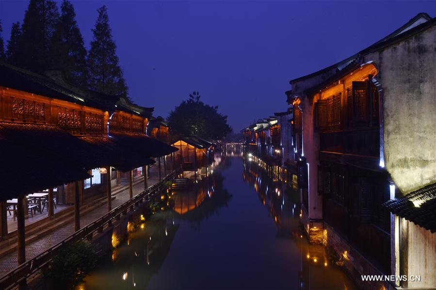 WUZHEN, 15 novembre (Xinhua) -- Paysage nocturne du bourg de Wuzhen de la province chinoise du Zhejiang (est), le 14 novembre 2016. La 3e Conférence mondiale sur Internet se tiendra du 16 au 18 novembre à Wuzhen. (Photo : Huang Zongzhi)