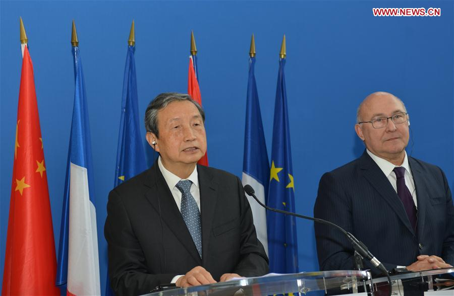 Chinese Vice Premier Ma Kai (L), who is in Paris for the fourth China-France High Level Economic and Financial Dialogue, takes part in a joint press conference with French Economy and Finance Minister Michel Sapin in Paris, capital of France, Nov. 14, 2016.(Xinhua/Li Genxing)
