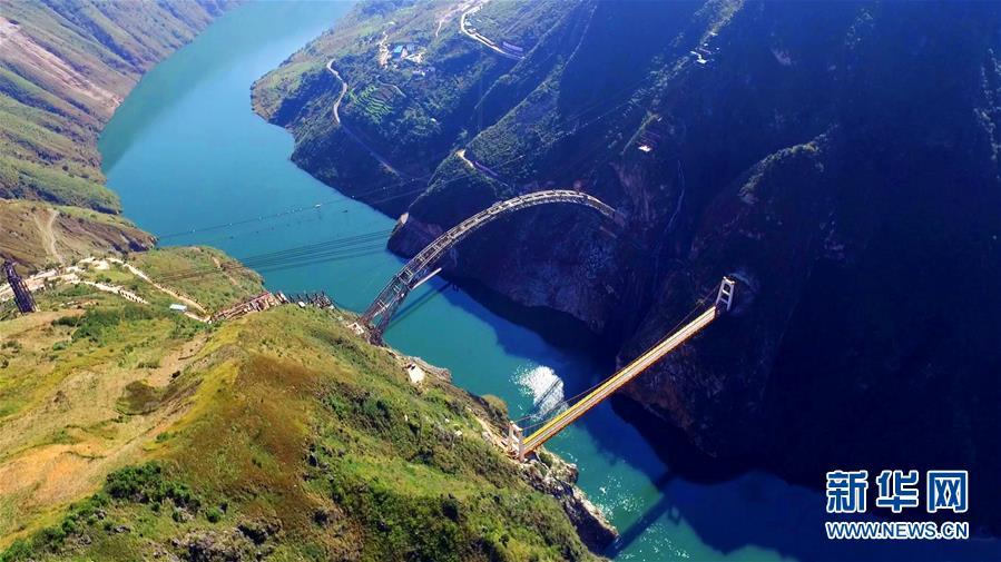 В Китае возвели конструкцию моста через реку Ланьцан
