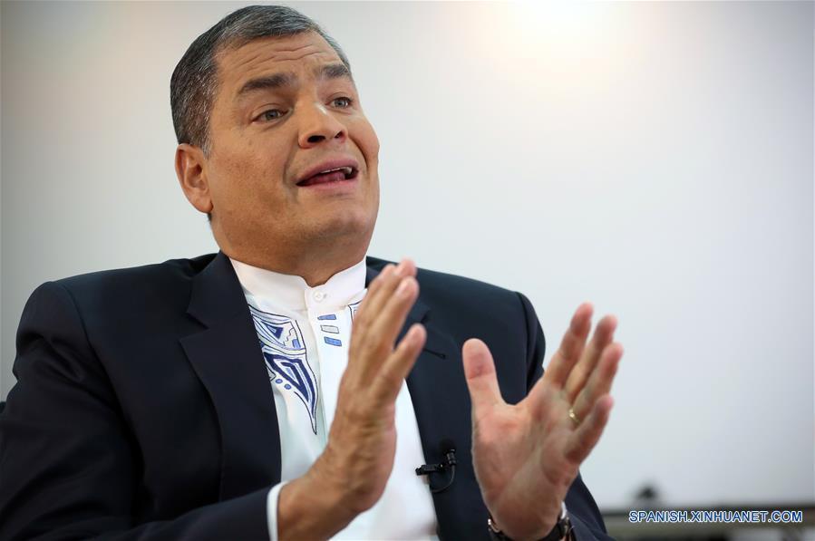 """Imagen del 10 de noviembre de 2016 del presidente ecuatoriano Rafael Correa, participando durante una entrevista exclusiva con la Agencia de Noticias Xinhua, en Quito, capital de Ecuador. El presidente de Ecuador, Rafael Correa, aseguró que durante la próxima visita a la nación de su homólogo chino, Xi Jinping, se pueda elevar al máximo el nivel de cooperación, incluso en el ámbito político, en el marco de la asociación estratégica entre ambos países. El objetivo es """"sacar el mayor provecho mutuo de esta relación, no sólo en términos de financiamiento, en términos de cooperación para el desarrollo, sino en términos políticos"""", expuso Correa en entrevista exclusiva con Xinhua. Correa calificó de """"histórica y beneficiosa"""" la relación bilateral con China, al tiempo que expresó que """"nos honra mucho, nos alegra mucho"""" la visita del presidente Xi Jinping. A invitación de Correa, Xi Jinping realizará esta semana una visita de Estado a Ecuador, la primera de un mandatario chino en la historia de las relaciones diplomáticas entre ambos países establecidas hace 36 años. (Xinhua/Santiago Armas)"""