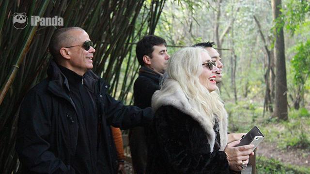 吉达·布塔与丈夫卢卡·佩奇里一同观赏大熊猫