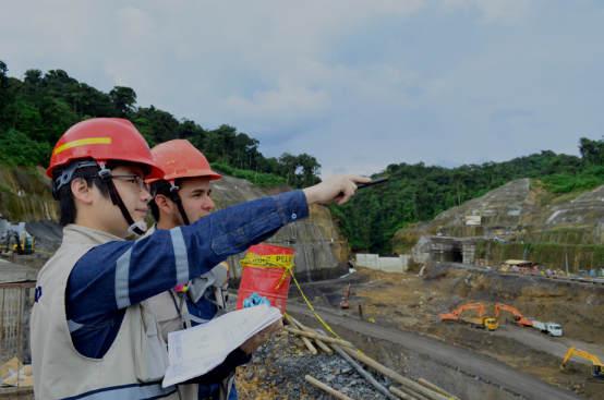 中方工程师给当地工程师讲解工程知识。(中国电建提供)