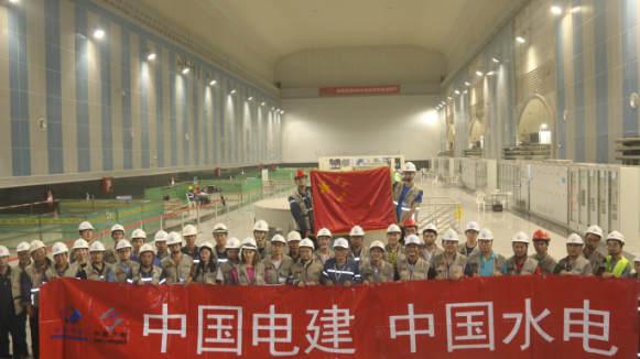 中方员工在首批机组发电仪式上合影(中国电建提供)