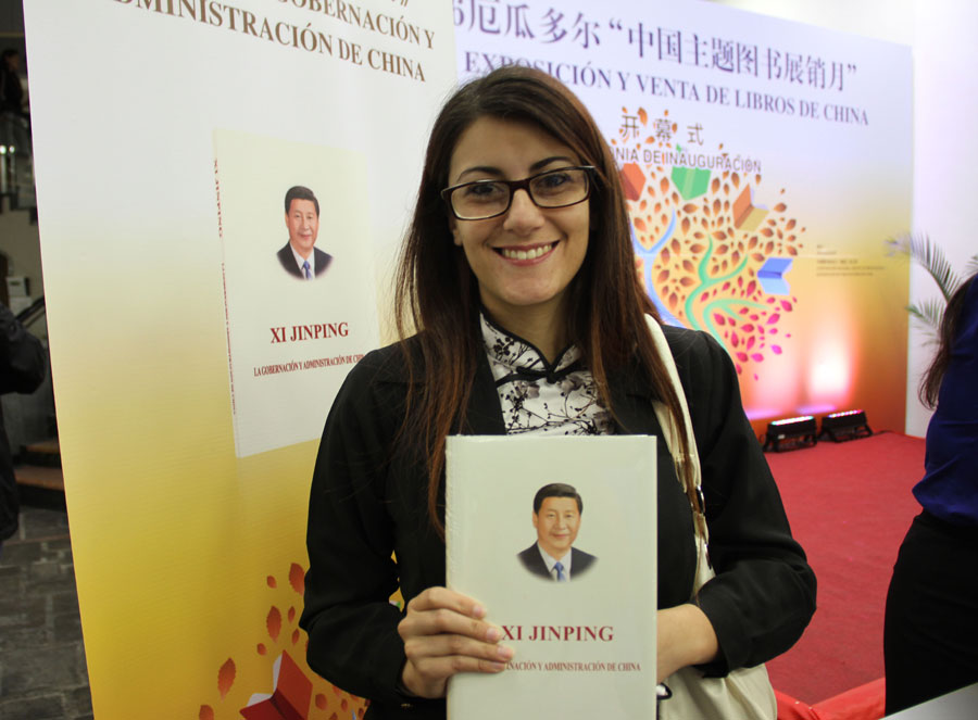 An Ecuadorian resident poses for photos with Xi Jinping