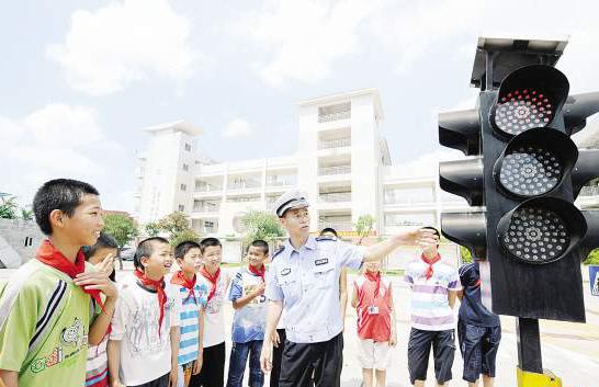 陈清洲为小学生讲解交通法规。