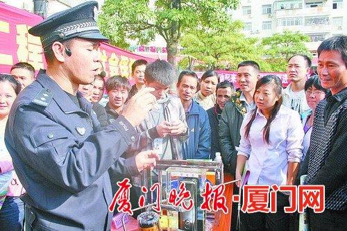 陈清洲向群众介绍安全防范技巧。