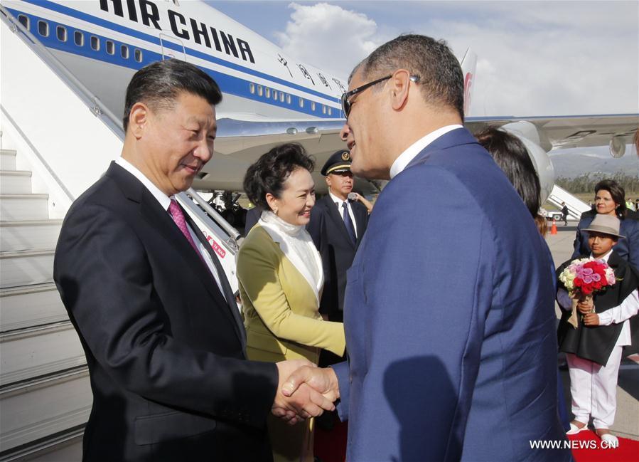 Le président chinois Xi Jinping et son épouse Peng Liyuan sont accueillis par le président équatorien Rafael Correa et son épouse Anne Malherbe à l