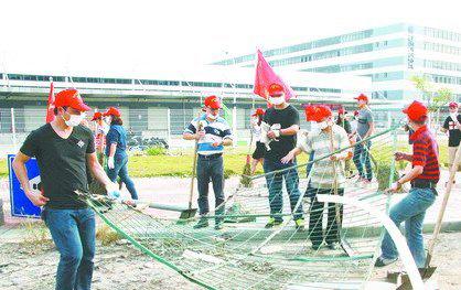 志愿者在清理废旧铁网。