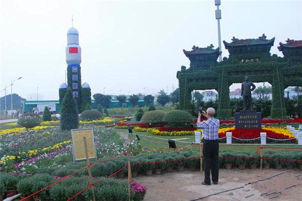 台胞宓攸武老人在小榄镇菊花展上拍摄中国航天造型。