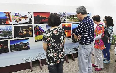 图为两岸嘉宾参观中华历史名楼文化图片展。张 盼摄