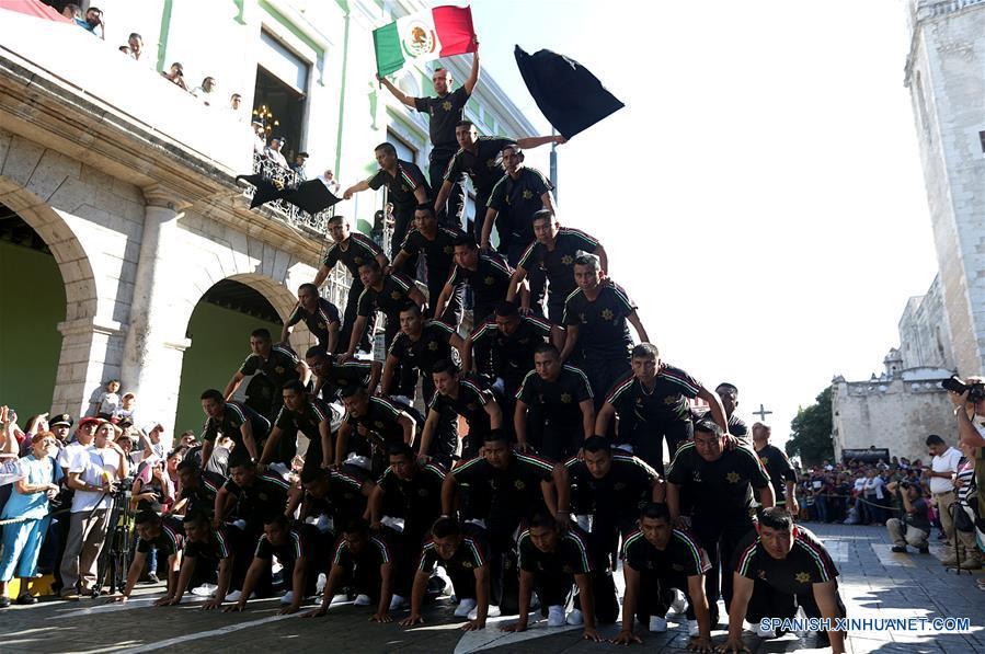 YUCATAN, noviembre 20, 2016 (Xinhua) -- Elementos de seguridad realizan una piramide durante el desfile cívico-deportivo para conmemorar el 106 aniversario de la Revolución Mexicana, en Mérida, estado de Yucatán, México, el 20 de noviembre de 2016. (Xinhua/Str)