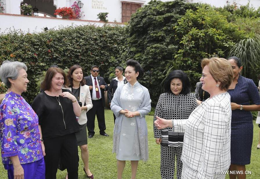 Peng Liyuan (C), wife of Chinese President Xi Jinping, visits Museo Larco together with the spouses of some other APEC economic leaders, in Lima, Peru, Nov. 19, 2016. (Xinhua/Ding Lin)
