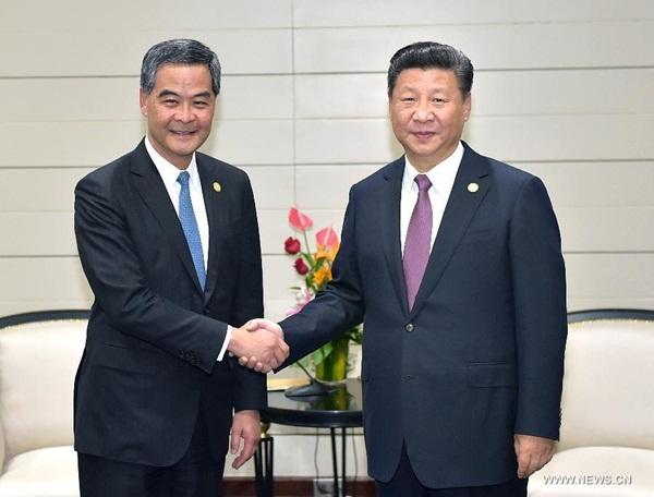 الرئيس الصيني  يلتقي مع الرئيس التنفيذي لمنطقة هونغ كونغ الإدارية الخاصة في ليما