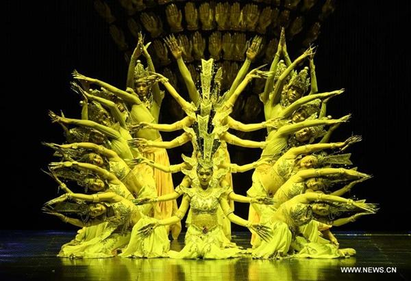 بكين 21 نوفمبر 2016 (شينخوا) في الصورة الملتقطة مساء يوم 20 نوفمبر 2016، العرض الصيني الرقص المعروف بـ(( قوانين بألف يد )) في بكين، والذي يصور آلهة الرحمة في البوذية الصينية.